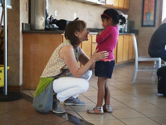 Dr. Amy Anixter Scott conversa con María, de 8 años, en un albergue para niños migrantes.