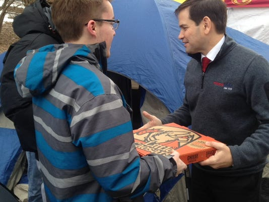 635891764229435979-Marco-Rubio-hands-out-pizza.JPG