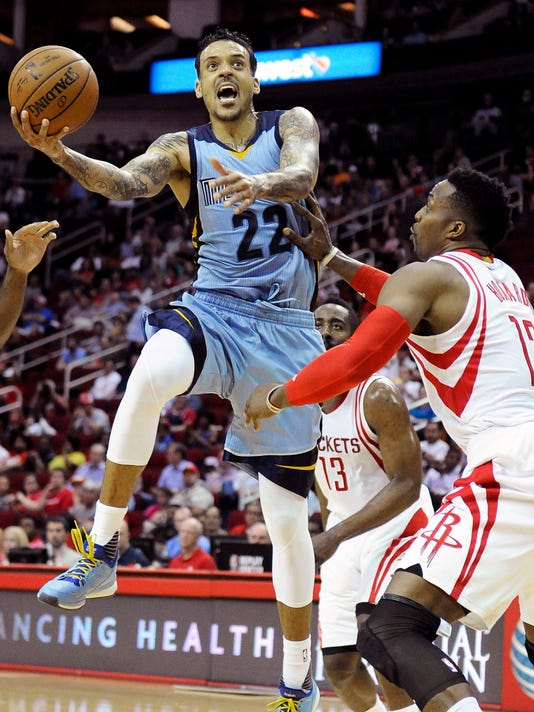 Memphis Grizzlies' Matt Barnes (22) goes to the basket against Houston Rockets' Dwight Howard (12) in the first half of an NBA basketball game Monday, March 14, 2016, in Houston. (AP Photo/Pat Sullivan)