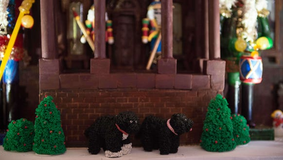 Obama dogs Bo and Sunny in front of a chocolate replica