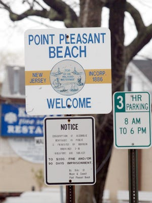 Text: Tim McCarthy/staff photographer 041103 - POCEAN - Point Pleasant Beach - sign on Arnold Ave. comming from Pt. Peasant Boro