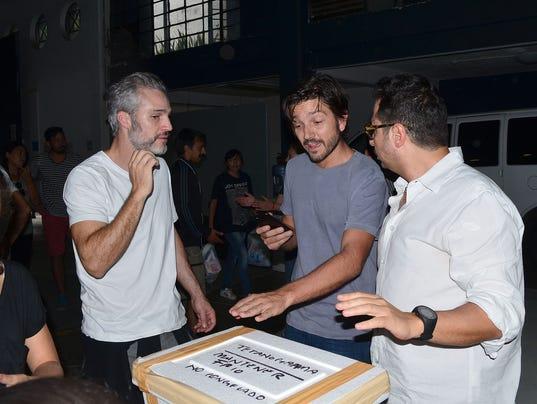 636415359559485303-Diego-coordino-la-ayuda-de-medicinas-y-alimentos.-Aqui-con-e-l-el-tambie-n-actor-Juan-Pablo-Medina.-La-Voz..JPG