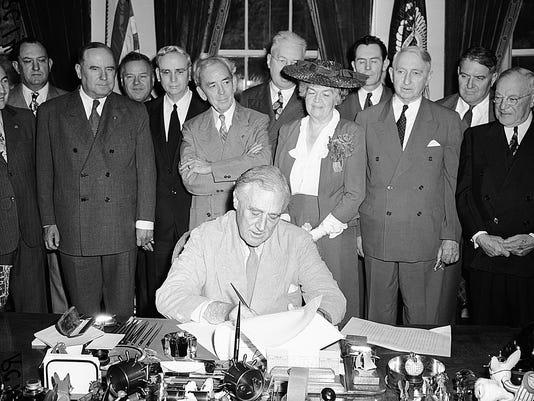 XXX FDR SIGNS GI BILL 1944 A USA DI