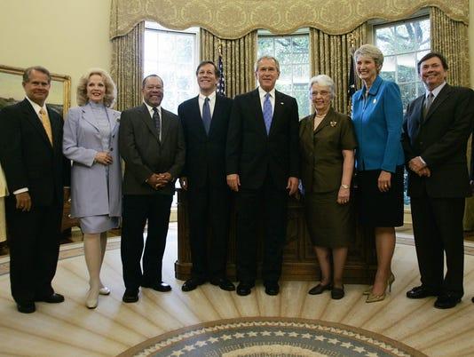 US President George W. Bush (C) poses wi