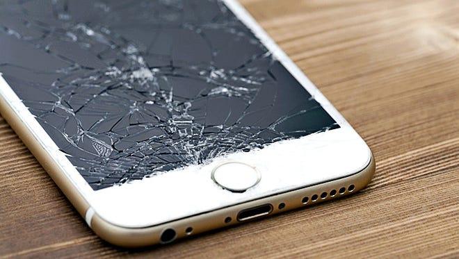 Si la pantalla de tu smartphone se estrella lo primero que debes hacer es conseguir una mica protectora para evitar que el vidrio se desprenda.