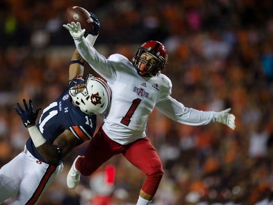 Auburn wide receiver Kyle Davis (11) makes a one-handed