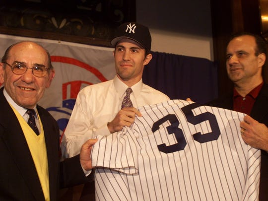 Yankees introduce new pitcher Mike Mussina