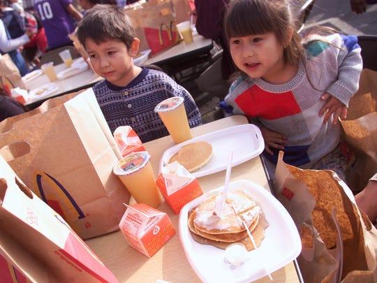 En Phoenix, ya es una tradición el desayuno gratuito ofrecido por el empresario Julián Nabozny, quien recién se unió a Food City para satisfacer a familias de escasos recursos.