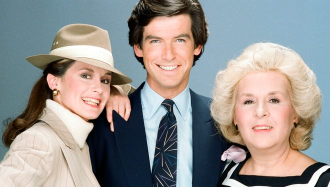 Stephanie Zimbalist as Laura Holt, Pierce Brosnan as Remington Steele, Doris Roberts as Mildred Krebs in Season 2 of 'Remington Steele' in 1983.