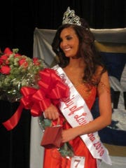 Erin Edmiston is crowned Miss UL 2010.