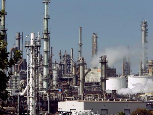AP OIL REFINERIES-AIR POLLUTION A FILE USA CA