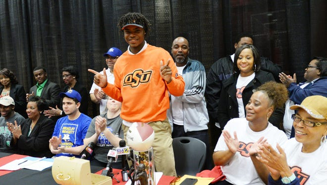 Parkway High School quarterback Keondre Wudtee signed with Oklahoma State.