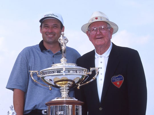 Winner Loren Roberts poses with golf great Byron Nelson on May 16, 1999 at the Byron Nelson Classic golf tournament in Chicago, IL.
