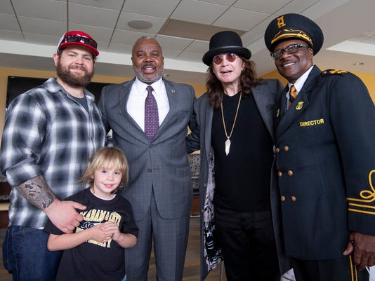 636687431669703794-Ozzy-with-ASU-President-Ross.jpg