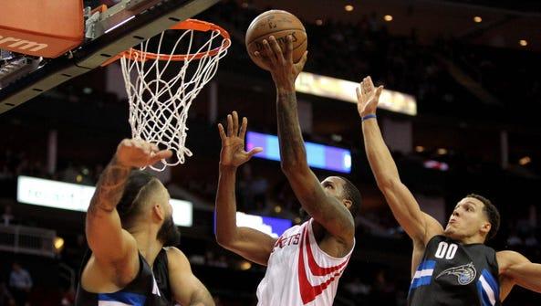 Rockets forward Trevor Ariza drives for a layup against