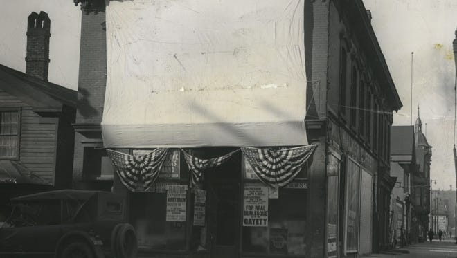 To share election-night results, The Milwaukee Journal staged lantern shows to flash election returns on a screen across N. 4th St. on election night in 1924 and 1928.