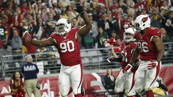 Arizona Cardinals DT Cory Redding (90) scores a touchdown after recoveering a fumble against the Green Bay Packers during the third quarter in NFL action December 27, 2015 in Glendale, Ariz.
