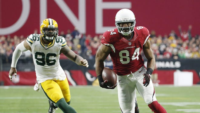 Arizona Cardinals TE Jermaine Gresham runs upfield while pursued by Green Bay Packers LB Mike Neal in NFL action December 27, 2015 in Glendale, Ariz.