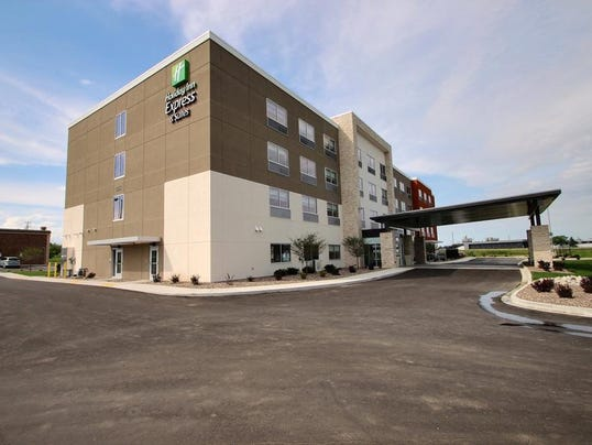 635918303379273218-2631759-Holiday-Inn-Express-Suites-FOND-DU-LAC-Hotel-Exterior-1-RTS.jpg