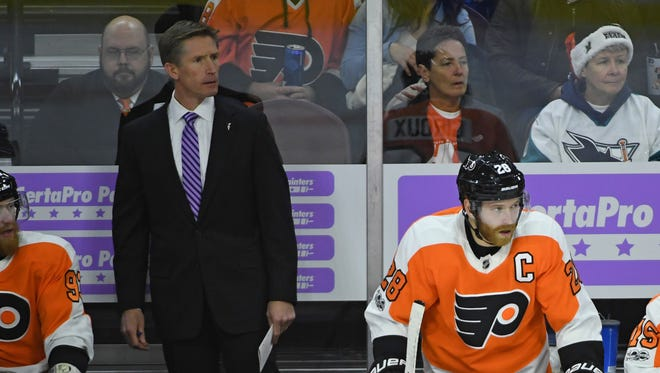 Nov 28, 2017; Philadelphia, PA, USA; Philadelphia Flyers head coach Deve Hakstol and center Claude Giroux (28) behind the bench against the San Jose Sharks during the third period at Wells Fargo Center. Mandatory Credit: Eric Hartline-USA TODAY Sports