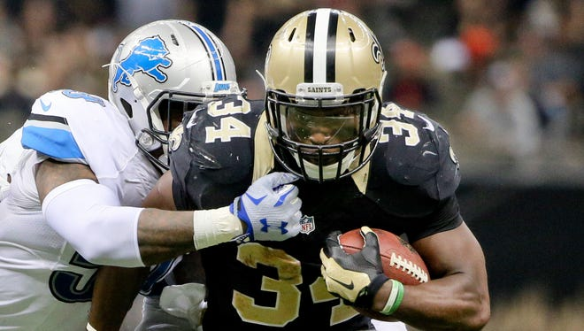 Dec 21, 2015; New Orleans, LA, USA; New Orleans Saints running back Tim Hightower (34) runs against the Detroit Lions during the second half of a game at the Mercedes-Benz Superdome. The Lions defeated the Saints 35-27.