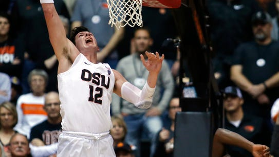 Oregon State's Drew Eubanks scores during the second