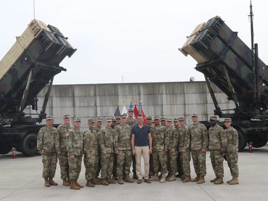 Visiting US Secretary of the Army Eric Fanning (C)