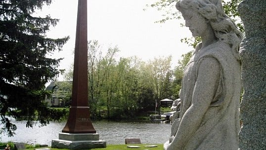 The mourning woman at the Nathusius monument.