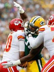 Green Bay Packers linebacker Jayrone Elliott (91) sacks Kansas City Chiefs quarterback Chase Daniel (10) in the first quarter.