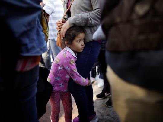 Nicole Hernández, una niña de Guerrero, abraza la pierna