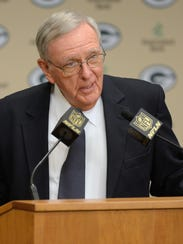 Former Packers general manager Ron Wolf speaks to the