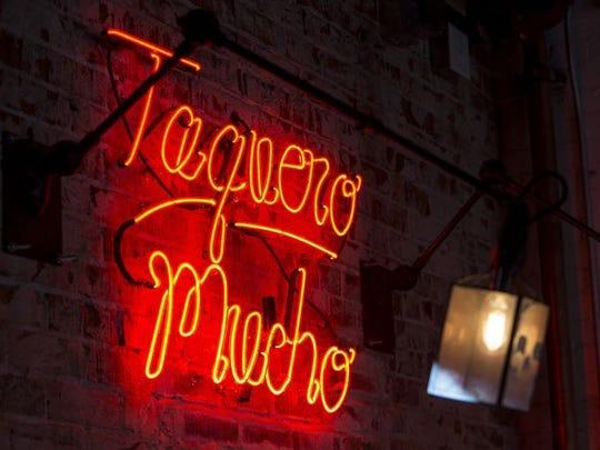 Los accesorios de iluminación en Taco Chelo en Phoenix