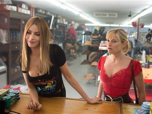 """Reese Witherspoon, derecha, y Sofia Vergara en una escena de """"Hot Pursuit"""" en una imagen proporcionada por Warner Bros. Pictures. (Sam Emerson/Warner Bros. Pictures via AP)"""