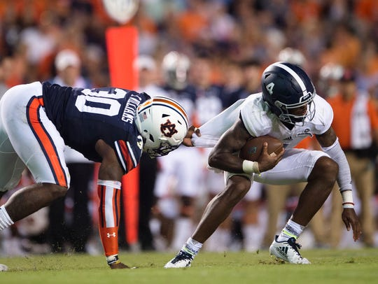 Auburn linebacker Tre' Williams (30) sacks Georgia