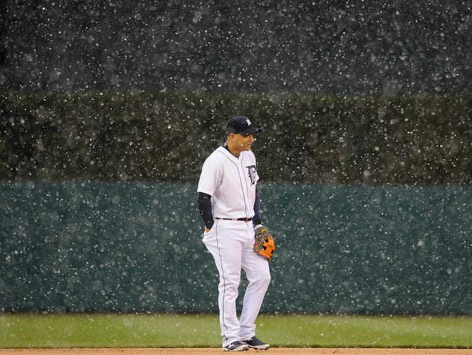 Detroit Tigers shortstop Jose Iglesias (1) tries to