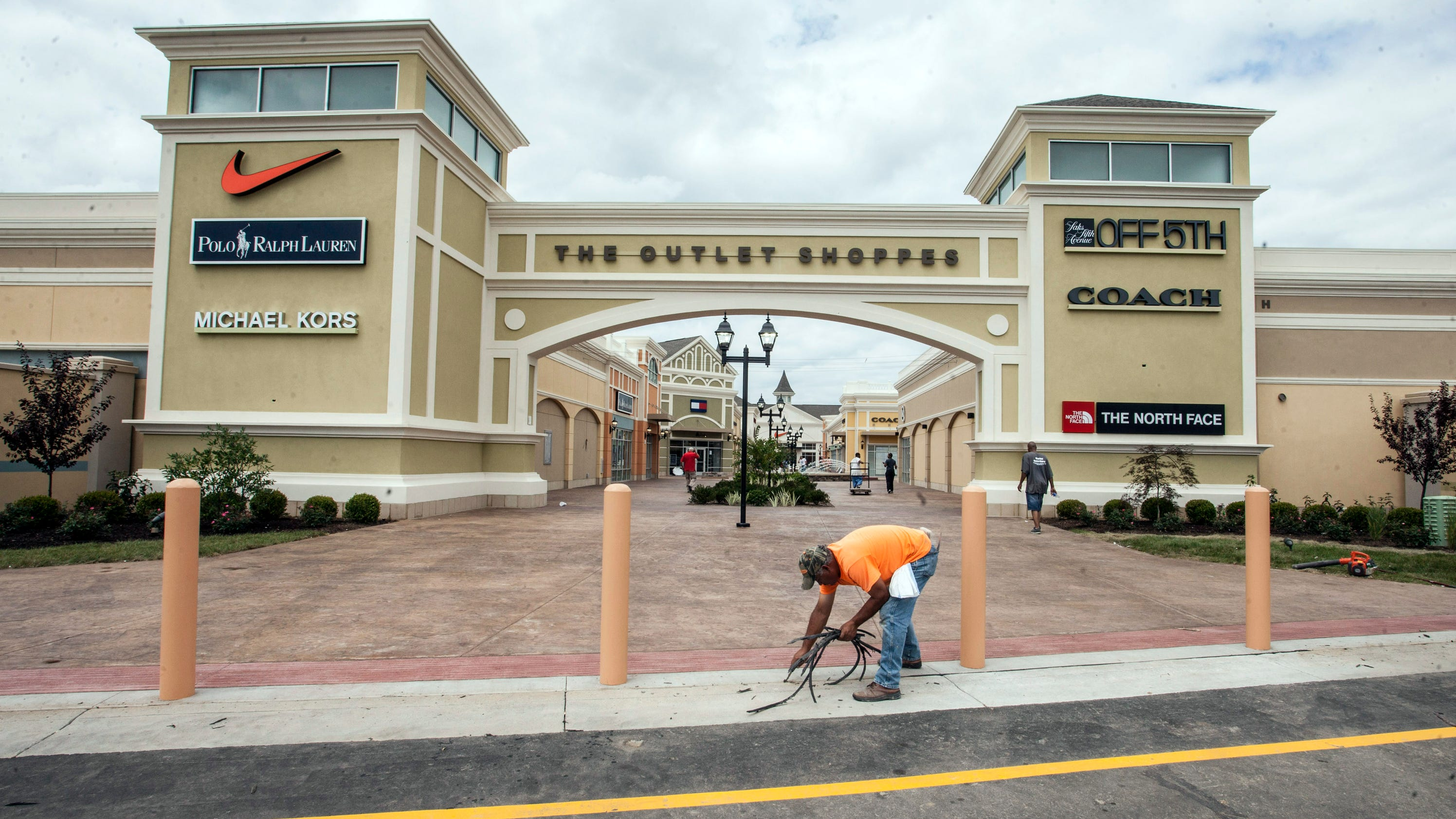 Shoppers eager for opening of Simpsonville outlet mall Thousands of shoppers expected at Shelby Co. outlet mall opening Job fair being held to fill 1, positions at new outlet mall.