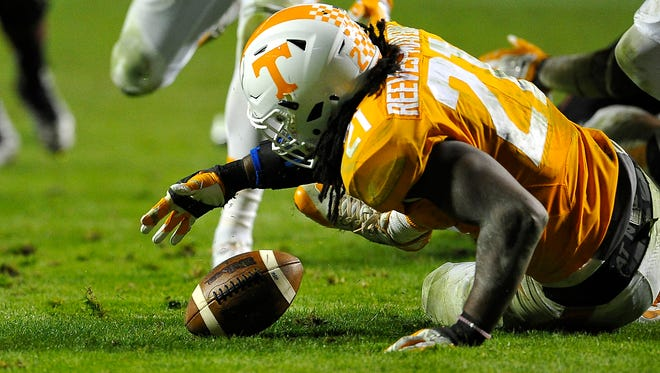 Tennessee linebacker Jalen Reeves-Maybin (21) recovers a fumble that sealed the Vols' 27-24 win over South Carolina on Nov. 7, 2015.