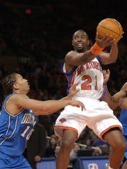 NY Knicks' Charlie Ward shoots over Orlando Magic's
