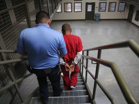 Varios inmigrantes demandaron el miércoles al gobierno de Estados Unidos debido a las condiciones que enfrentan en una cárcel federal en California.