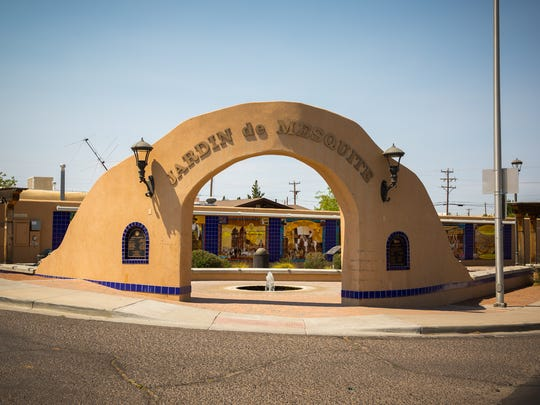 Jardín de Mesquite arch greets you as you enter the