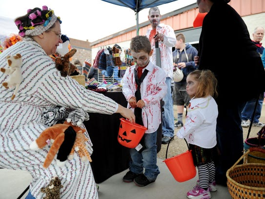 Lea Vollmer, of Ginger Cat Knits, hands out candy to