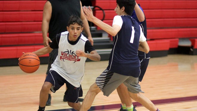 Deming High varsity basketball teams will make a trial run Saturday at a Ruidoso round-robin preseason scrimmage. The DHS Wildcats and Lady Cats will play games throughout the day. The Wildcats will officially open the 2017-18 hoop season on Tuesday, Nov.14at Gadsden High School in Anthony, NM. Tip off is at 7 p.m. The varsity Lady Cats will host the Gadsden Panthers at 7 p.m. on Tuesday, Nov. 14 at DHS Frank Dooley Court. In top photo, the Wildcat varsity works on trapping in the full court press, as head coach J.D. Longoria looks on. At right, Lady Cat junior six-foot post Vanessa Garcia looks for a cutter to the basket.