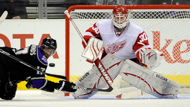 Red Wings goalie Chris Osgood plays Dec. 4, 2010 in Los Angeles.
