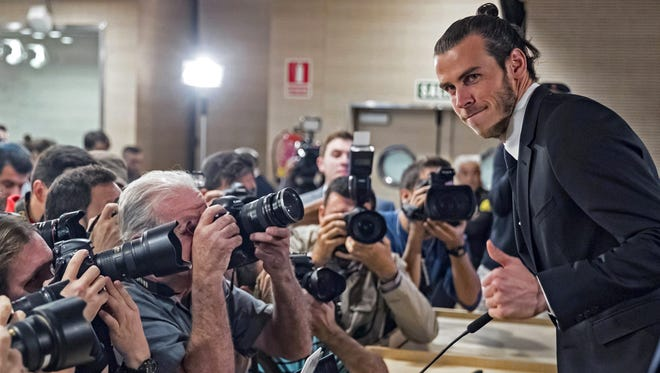 Real Madrid's Welsh midfielder Gareth Bale poses during a press conference held at the Santiago Bernabeu stadium, in Madrid, Spain, 31 October 2016.