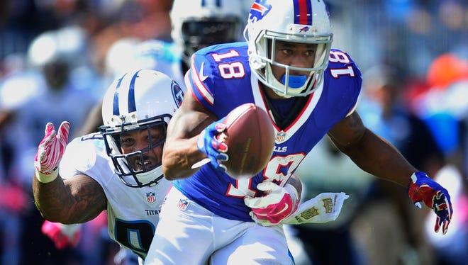 Titans defensive end Jurrell Casey grabs Bills wide receiver Percy Harvin.