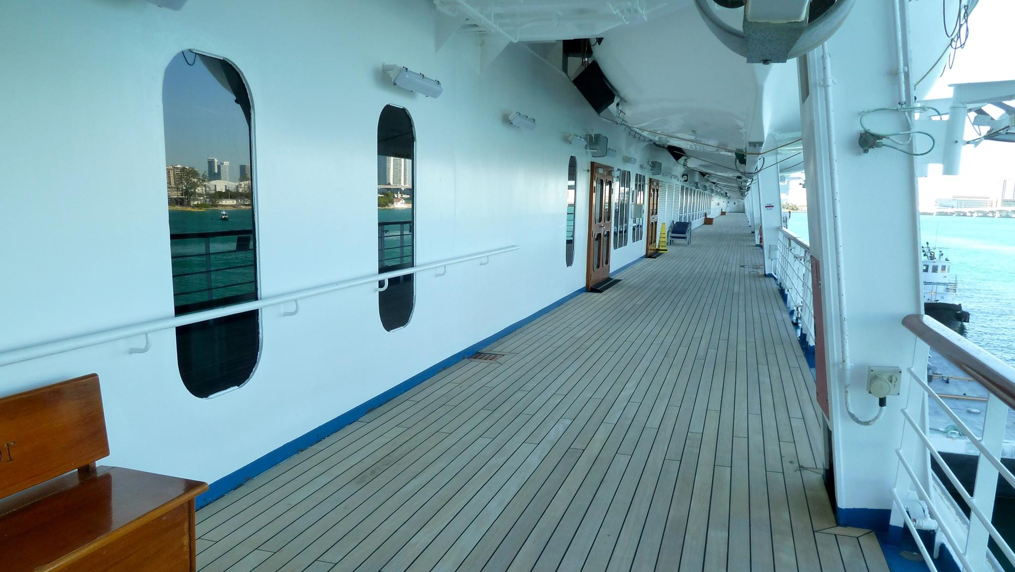Those wishing to be closer to the sea can enjoy the two finite promenades on Deck 3.