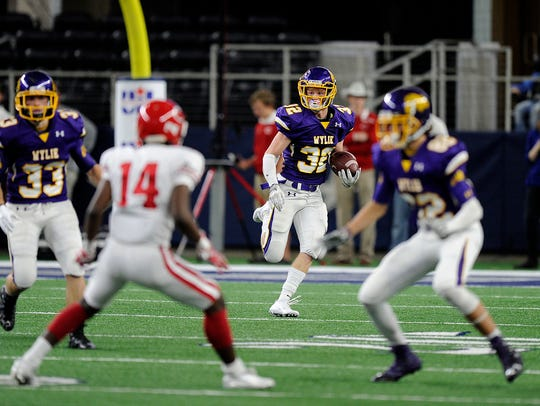 Wylie's Cason Grant (32) returns a kickoff during the