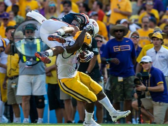 LSU Tigers running back Leonard Fournette (7) avoids