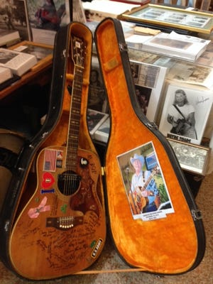 A historic guitar, once belonging to the late Minos Hardy, former police chief of Abbeville, has been donated to the Acadien Museum.