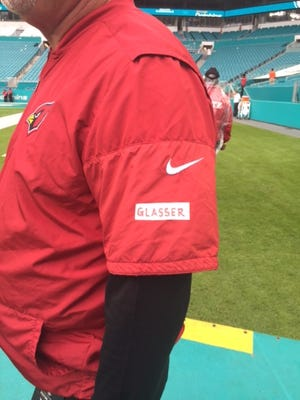 Cardinals coach Bruce Arians honors fallen Phoenix police officer David Glasser on Sunday in Miami.